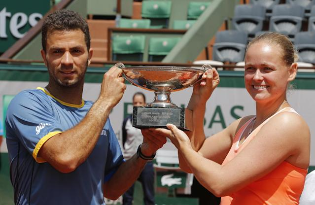 Germany's Anna-Lena Groenefeld, right, and Netherlands' Jean-Julien Rojer hold their trophy after winning the mixed doubles final of the French Open tennis tournament at the Roland Garros stadium, in Paris, France, Thursday, June 5, 2014. (AP Photo/David Vincent)