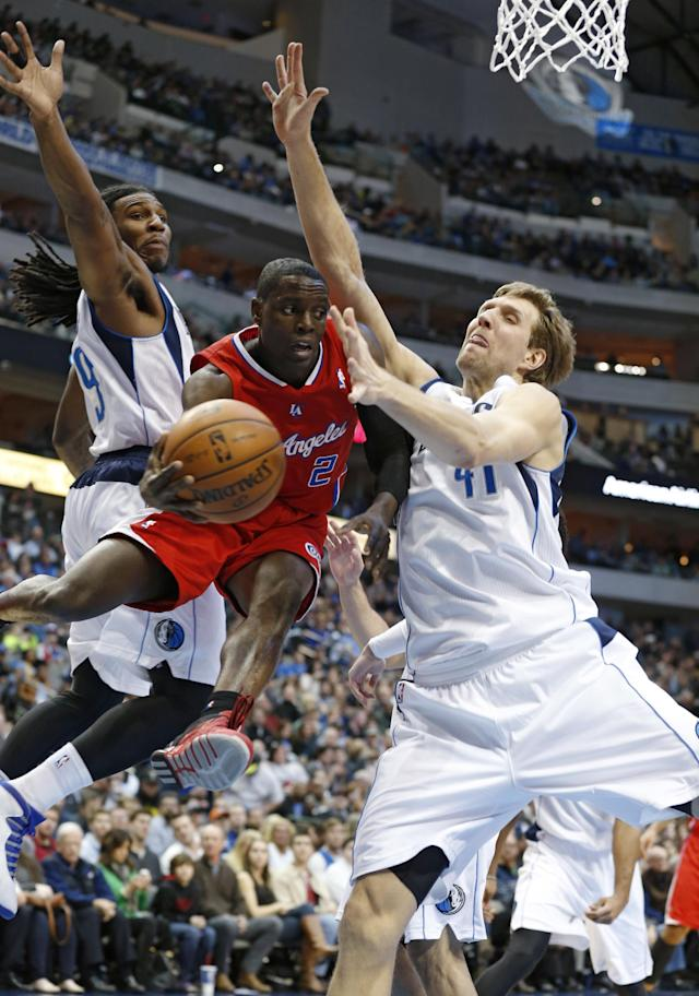 Dallas Mavericks forwards Jae Crowder (9) and Dirk Nowitzki (41) defend as Los Angeles Clippers guard Darren Collison passes under the basket during the first half of an NBA basketball game Friday, Jan. 3, 2014, in Dallas. (AP Photo/Sharon Ellman)