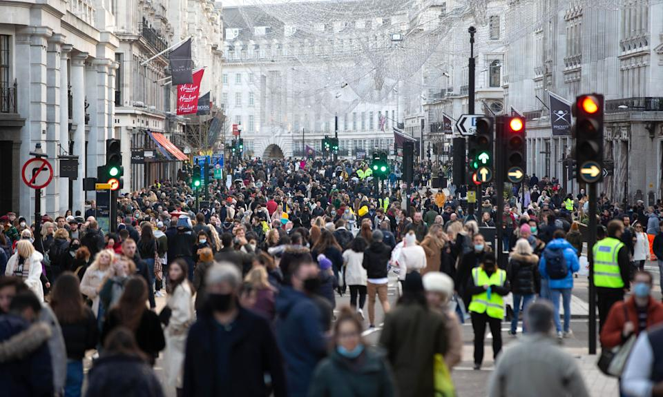 Busy shoppers on Oxford Street, London on Dec 5 2020.  (Photo: Mark Thomas/Shutterstock)