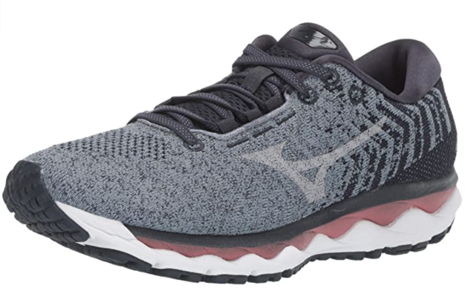 These sneakers are a ridiculous 61 percent off. (Photo: Amazon)