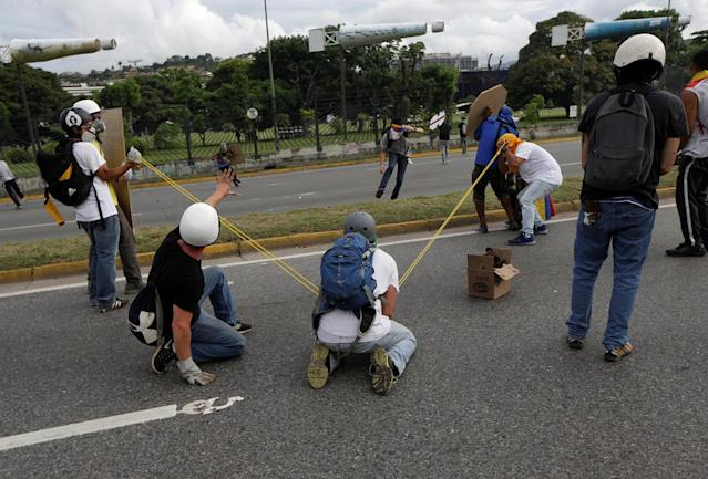 <p>Demonstrators use a giant slingshot during a rally against Venezuela's President Nicolas Maduro in Caracas, Venezuela May 1, 2017. (Photo: Marco Bello/Reuters) </p>
