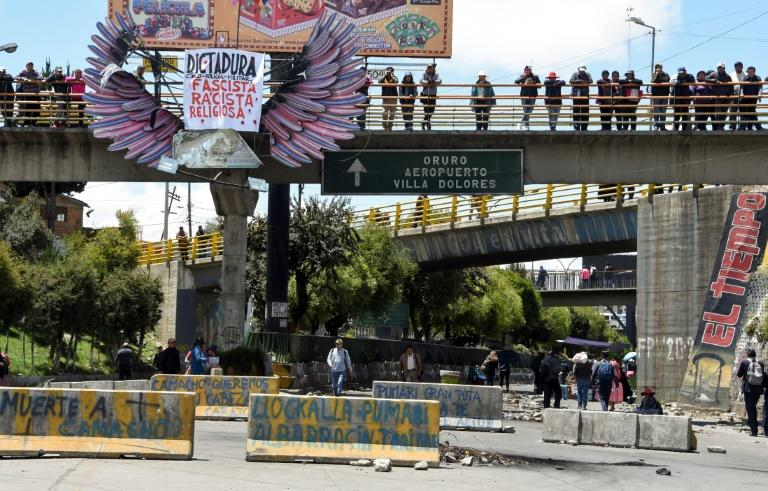 The road linking El Alto and La Paz is blocked by supporters of the ex-President Evo Morales, as seen from El Alto, Bolivia on November 19, 2019 (AFP Photo/AIZAR RALDES)