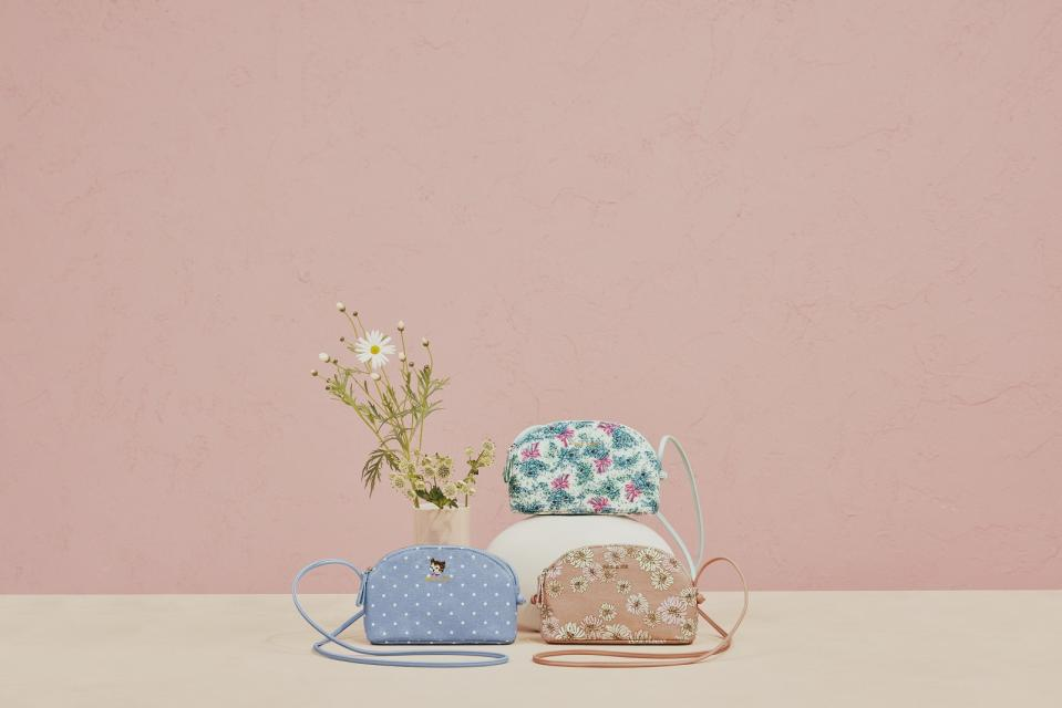<p>Flowers and cats? Count us in for such an aesthetic combination.</p>