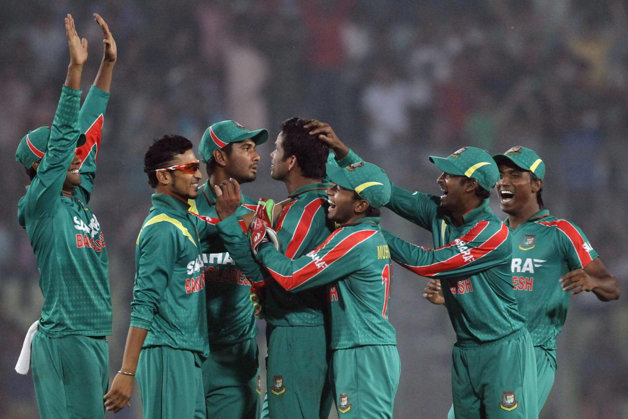 Bangladesh's fielders congratulate Abdur Razzak (C) after he dismissed New Zealand's Grant Elliott successfully during their second one-day international (ODI) cricket match in Dhaka October 31, 2013. REUTERS/Andrew Biraj (BANGLADESH - Tags: SPORT CRICKET)