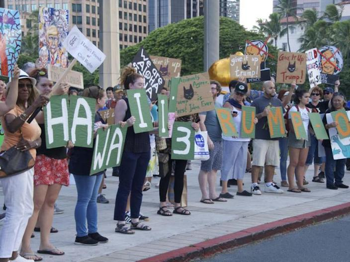 Donald Trump mocked by Hawaiians holding 'welcome to Kenya' signs