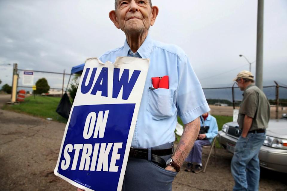 Retired lawyer and labor activist Staughton Lynd offers his support to United Auto Workers picketing outside the GM plant in Lordstown on 23 September 2019.