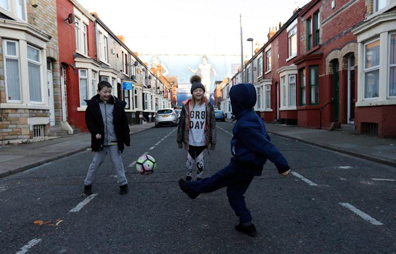<strong>Children playing in the street near Goodison Park football stadium in Liverpool</strong> (Photo: Reuters Staff / Reuters)