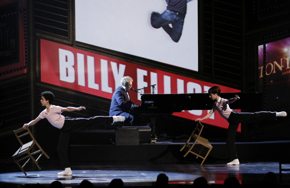 "Musician Elton John performs with the cast of ""Billy Elliot,The Musical"" during the opening number of the 63rd annual Tony Awards ceremony in New York, June 7, 2009.     REUTERS/Gary Hershorn (UNITED STATES ENTERTAINMENT)"