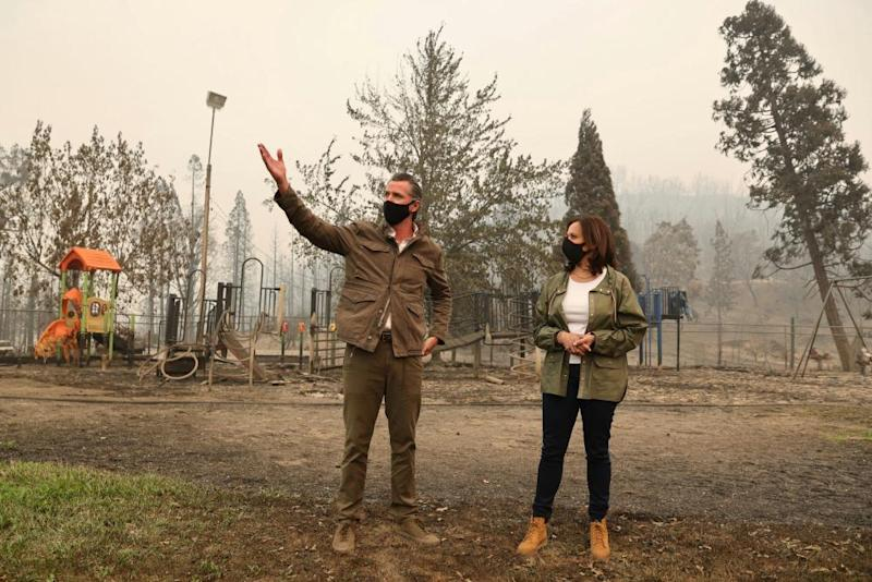 Gavin Newsom and Senator Kamala Harris, the Democratic vice-presidential nominee, at the site of the Creek Fire in Auberry, California, this week.