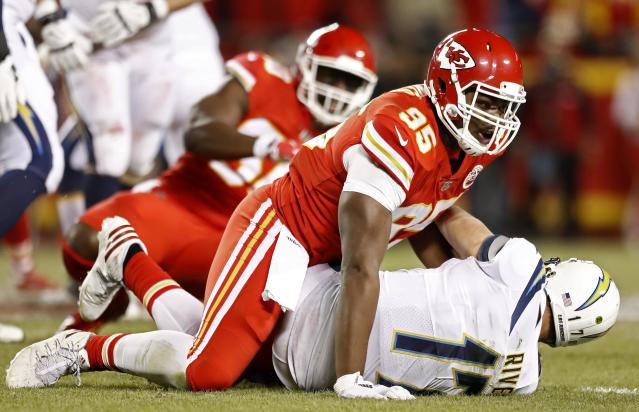 "LWS107. Kansas City (United States), 16/12/2017.- <a class=""link rapid-noclick-resp"" href=""/nfl/teams/lac/"" data-ylk=""slk:Los Angeles Chargers"">Los Angeles Chargers</a> quarterback <a class=""link rapid-noclick-resp"" href=""/nfl/players/6763/"" data-ylk=""slk:Philip Rivers"">Philip Rivers</a> (R) is sacked by <a class=""link rapid-noclick-resp"" href=""/nfl/teams/kan/"" data-ylk=""slk:Kansas City Chiefs"">Kansas City Chiefs</a> defensive end <a class=""link rapid-noclick-resp"" href=""/nfl/players/29271/"" data-ylk=""slk:Chris Jones"">Chris Jones</a> (L) in the first half of the NFL American football game between the Los Angeles Chargers and the Kansas City Chiefs at Arrowhead Stadium in Kansas City, Missouri, USA, 16 December 2017. (Estados Unidos) EFE/EPA/LARRY W. SMITH"