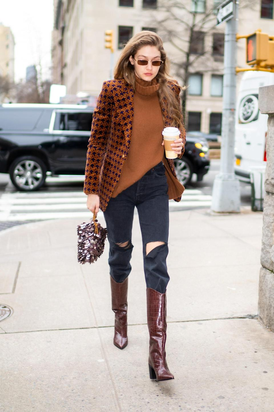 For this outing in NYC, heading to the Marc Jacobs fashion show, she opted for ripped trousers and a brown-color palette. This outfit could be from 2021 or 2012 and we're kind of here for that.