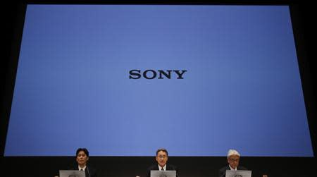 Sony Corp's President and Chief Executive Officer Kazuo Hirai (C), Chief Financial Officer Masaru Kato (R) and Senior Vice President Shiro Kambe attend a news conference at the company's headquarters in Tokyo February 6, 2014. REUTERS/Toru Hanai