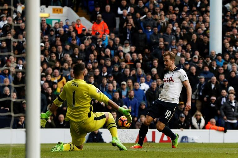Tottenham Hotspur's striker Harry Kane (R) sees his attempt saves by Everton's goalkeeper Joel Robles (L) during the English Premier League football match between Tottenham Hotspur and Everton at White Hart Lane in London, on March 5, 2017
