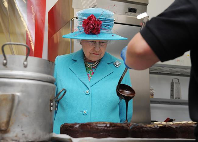queen-looking-at-chocolate-cake