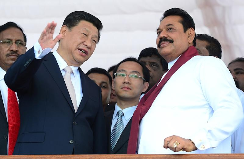 Chinese President Xi Jinping (L) and former Sri Lankan President Mahinda Rajapakse (R) formally opening the start of work on the Chinese-funded $1.4 billion Colombo port city on September 17, 2014 (AFP Photo/Lakruwan Wanniarachchi)