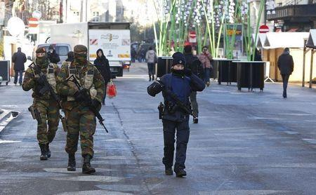 Belgian soldiers and police patrol in central Brussels as police searched the area during a continued high level of security following the recent deadly Paris attacks, Belgium, November 23, 2015. REUTERS/Yves Herman