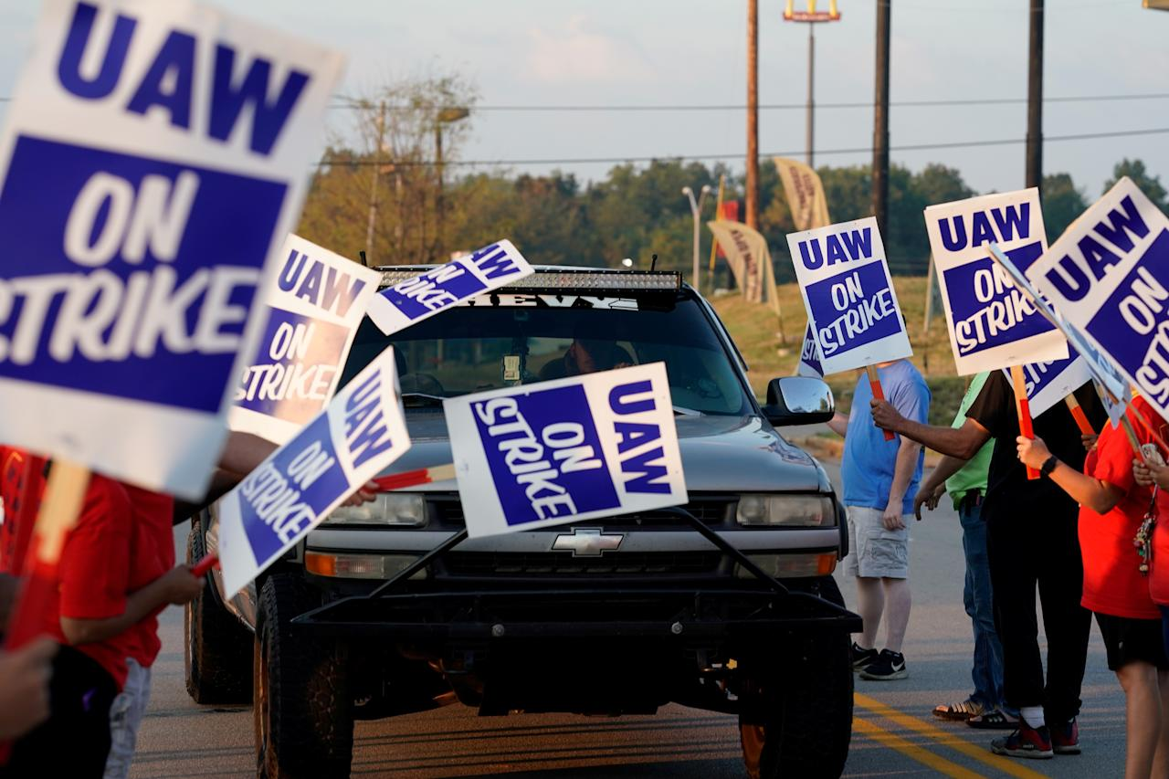General Motors assembly workers picket outside the General Motors Bowling Green plant during the United Auto Workers (UAW) national strike in Bowling Green, Kentucky, U.S., September 17, 2019.  REUTERS/Bryan Woolston     TPX IMAGES OF THE DAY