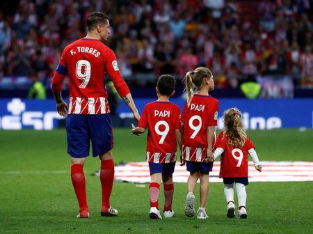 Soccer Football - La Liga Santander - Atletico Madrid vs Eibar - Wanda Metropolitano, Madrid, Spain - May 20, 2018 Atletico Madrid's Fernando Torres with family after the match REUTERS/Juan Medina