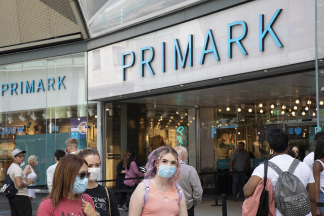 People wear masks outside Primark in Birmingham. (Getty Images)