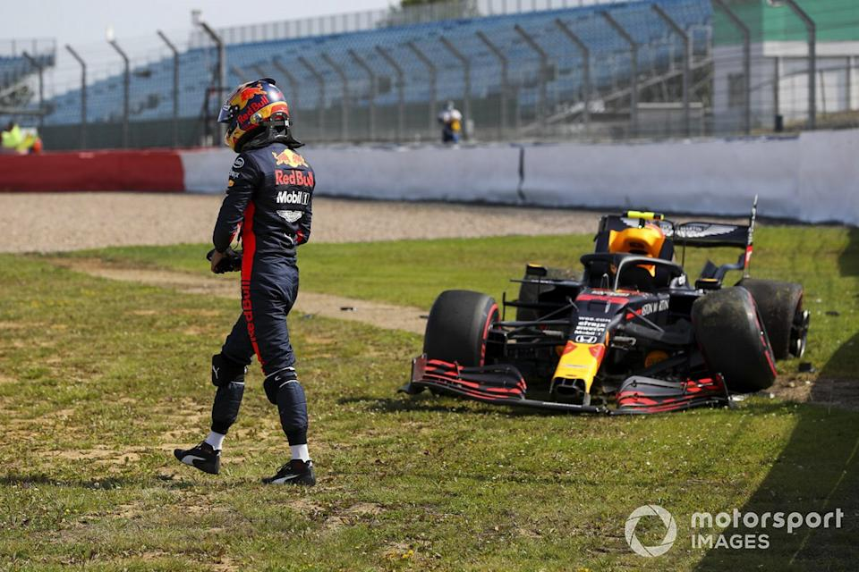 "Alex Albon, Red Bull Racing RB16 después de chocar<span class=""copyright"">Charles Coates / Motorsport Images</span>"