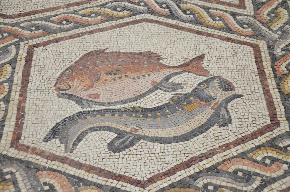 "<span class=""caption"">Poissons, mosaïque romaine de Lod, Israël.</span> <span class=""attribution""><a class=""link rapid-noclick-resp"" href=""https://upload.wikimedia.org/wikipedia/commons/6/60/Detail_of_the_Lod_Mosaic%2C_fish_%28perch%3F%29_and_moray_eel%2C_mosaic_believed_to_belong_to_a_large_and_well-appointed_Roman_house_and_is_dated_to_about_A.D._300%2C_found_in_Lod%2C_Israel_%2813670638265%29.jpg"" rel=""nofollow noopener"" target=""_blank"" data-ylk=""slk:Wikimedia"">Wikimedia</a></span>"