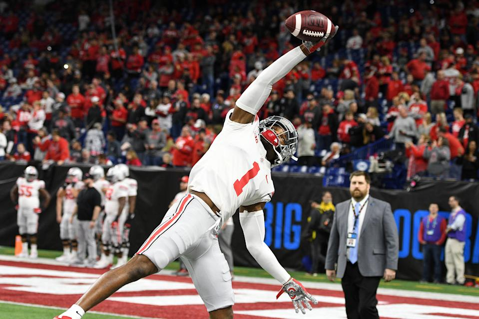 Ohio State cornerback Jeff Okudah makes a one-handed catch as he warms up for the Big Ten championship game against Wisconsin on Dece. 7, 2019, at Lucas Oil Stadium in Indianapolis, Indiana. (Photo by Michael Allio/Icon Sportswire via Getty Images)