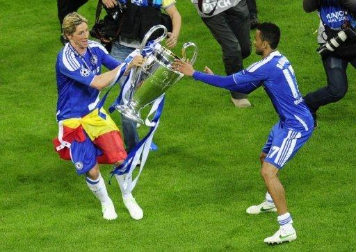 Chelsea's Fernando Torres (L) and Jose Bosingwa celebrate with the trophy in Munich