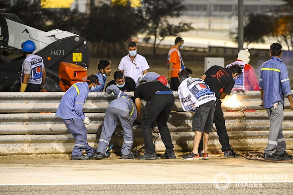 "Michael Masi, Director de Carrera de la FIA, asiste a la escena del accidente de Romain Grosjean, Haas VF-20, en la primera vuelta<span class=""copyright"">Mark Sutton / Motorsport Images</span>"