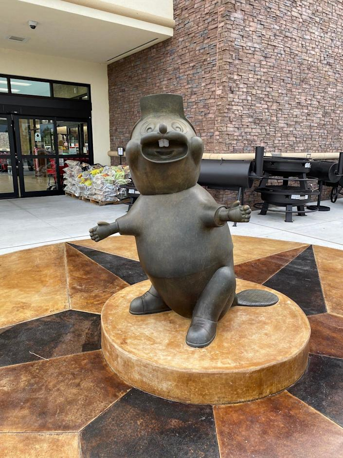 A Buc-ee's statue in Florida.