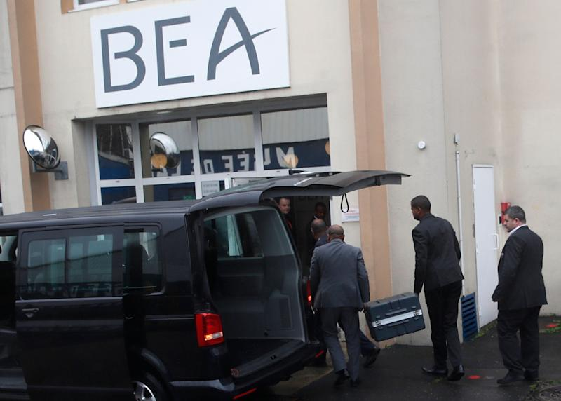 Two men carry suitcases containing the flight recorders from the Ethiopian jet, into the French air accident investigation authority, March 14, 2019 Le Bourget, north of Paris. (Photo: Christophe Ena/AP)