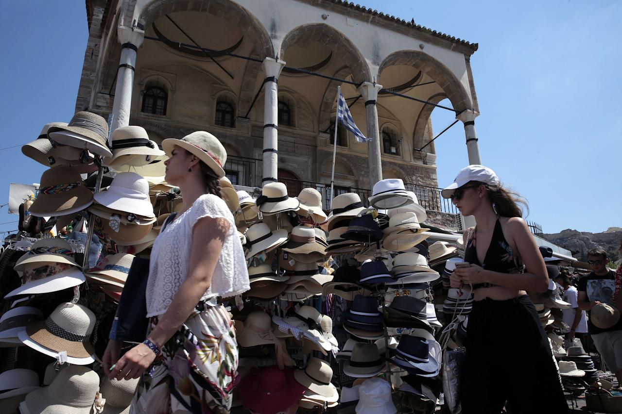 MNE29. Athens (Greece), 18/08/2018.- Tourists visit the flea market of Monastiraki in the old town of Athens, Greece, 18 August 2018. According to media reports, Finance Minister Euclid Tsakalotos said on 14 August the Greek government is watching closely developments in neighboring Turkey, adding they are not affecting Greece's upcoming completion of the adjustment program on August 20. (Grecia, Turquía, Atenas) EFE/EPA/SIMELA PANTZARTZI