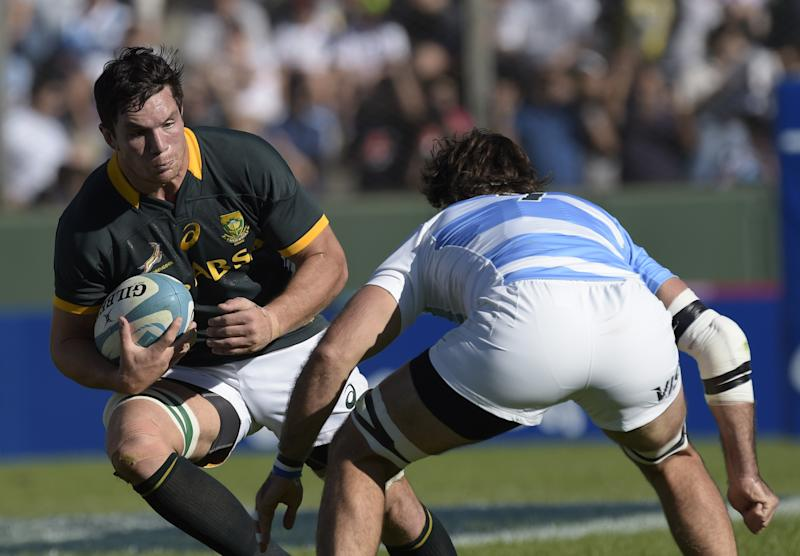 South Africa's Springboks' flanker Francois Louw (L) challenges Argentina during their Rugby Championship match in Salta, Argentina on August 23, 2014 (AFP Photo/Juan Mabromata)