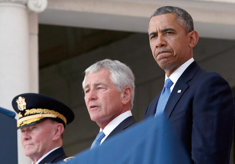 (R-L) US President Barack Obama, Secretary of Defense Chuck Hagel and General Martin Dempsey participate in a ceremony in Arlington, Virginia on May 26, 2014