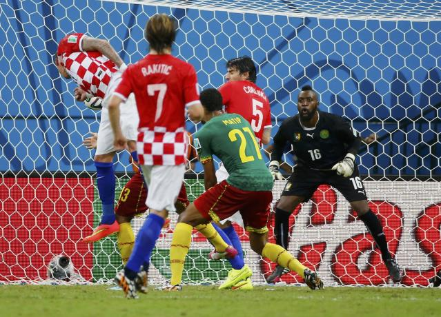 Croatia's Mario Mandzukic (L) heads to score their third goal against Cameroon during their 2014 World Cup Group A soccer match at the Amazonia arena in Manaus June 18, 2014. REUTERS/Murad Sezer (BRAZIL - Tags: SOCCER SPORT WORLD CUP)