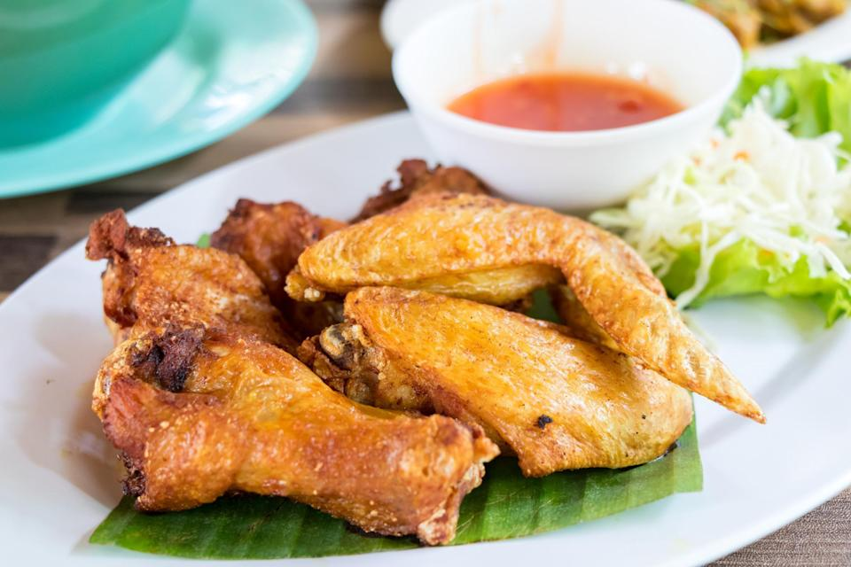 """<p>Not all chicken wings are created equal, even among <a href=""""https://www.thedailymeal.com/eat/americas-best-buffalo-wings-gallery?referrer=yahoo&category=beauty_food&include_utm=1&utm_medium=referral&utm_source=yahoo&utm_campaign=feed"""" rel=""""nofollow noopener"""" target=""""_blank"""" data-ylk=""""slk:the best Buffalo wings in America"""" class=""""link rapid-noclick-resp"""">the best Buffalo wings in America</a>. Just as some people prefer a cake slice with a lot of frosting and others prefer an interior piece, some people like the drumettes (the mini-drumsticks) on a plate of chicken wings and others prefer the flats. Drum proponents like the easier eating that comes with that shape, while flat proponents like the sauce-to-skin-to-chicken ratio.</p>"""