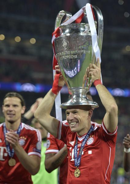 Bayern Munich's Arjen Robben of the Netherlands lifts the trophy after his team won the Champions League Final soccer match against Borussia Dortmund at Wembley Stadium in London, Saturday May 25, 2013. (AP Photo/Martin Meissner)