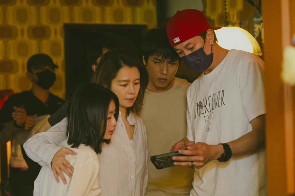 Director Peter Ho (in cap and mask) with the cast of Who's By Your Side (from left): Chiao Yuan Yuan, Vivian Hsu and Kaiser Chuang. (Photo: HBO Go)