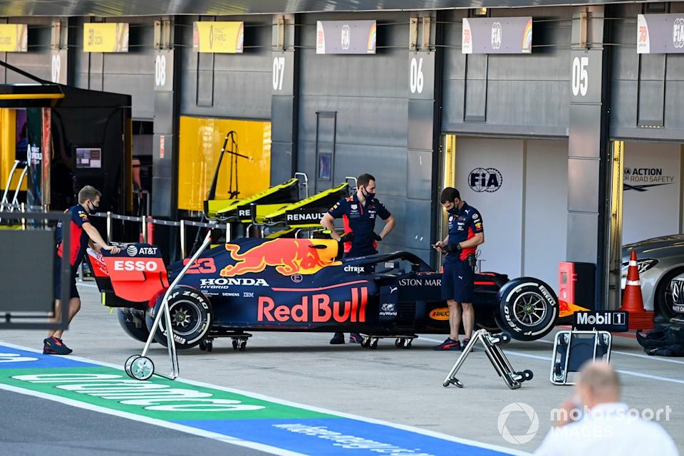 """Mechanics with the car of Alex Albon, Red Bull Racing RB16<span class=""""copyright"""">Mark Sutton / Motorsport Images</span>"""