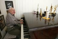 Actor Mickey Rooney plays a piano at his home in Westlake Village, California in this February 14, 2007 file photo. Rooney, the pint-sized screen dynamo of the 1930s and 1940s best known for his boy-next-door role in the Andy Hardy movies, died on April 6, 2014 at 93, the TMZ celebrity website reported. It did not give a cause of death and a spokesman was not immediately available for comment. REUTERS/Mario Anzuoni/Files (UNITED STATES - Tags: ENTERTAINMENT OBITUARY)