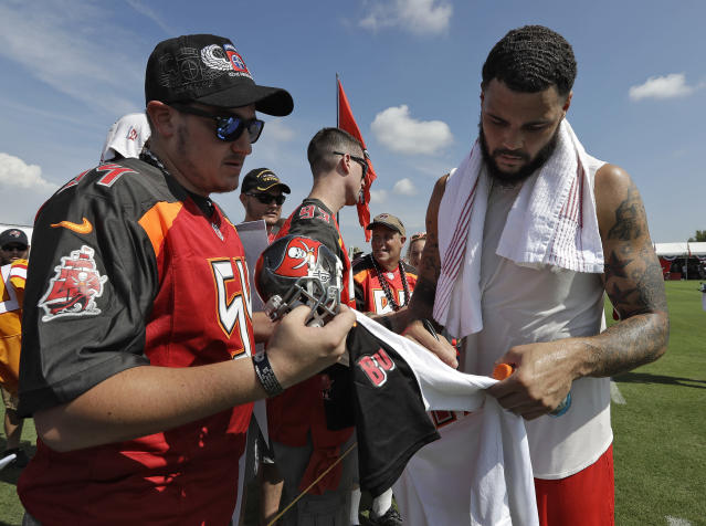 "Tampa Bay Buccaneers wide receiver <a class=""link rapid-noclick-resp"" href=""/nfl/players/27535/"" data-ylk=""slk:Mike Evans"">Mike Evans</a> (R) will play ""Madden"" and ""Fortnite"" to raise money for the families of the gamers killed on Sunday in Jacksonville. (AP)"