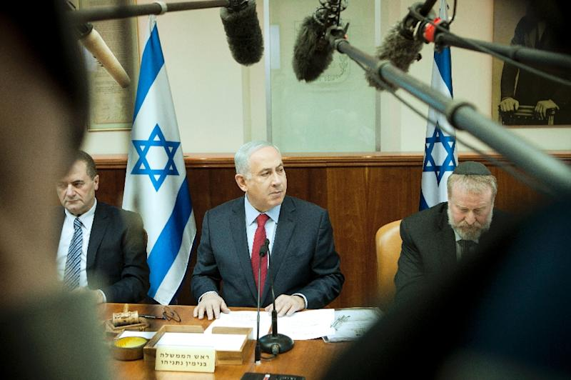 Israeli Prime Minister Benjamin Netanyahu (C) chairs the weekly cabinet meeting at the PM's office in Jerusalem, on January 17, 2016 (AFP Photo/Dan Balilty)