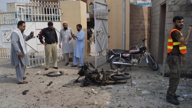 Two policemen martyred, 4 others killed in DI Khan blast