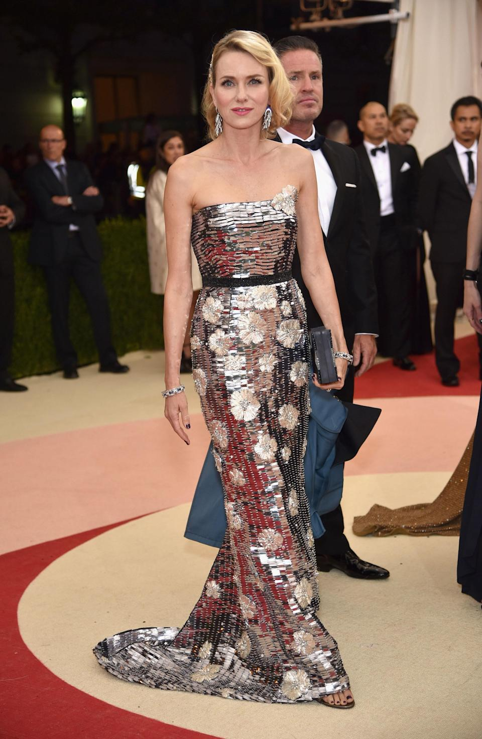 """<h1 class=""""title"""">Naomi Watts in a Burberry dress, Fred Leighton jewelry, and Rauwolf bag</h1> <cite class=""""credit"""">Photo: Getty Images</cite>"""