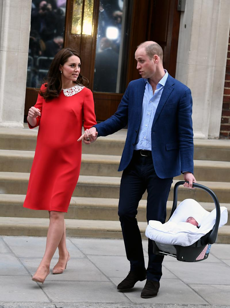 LONDON, UNITED KINGDOM - APRIL 23: Prince William, Duke of Cambridge and Catherine, Duchess of Cambridge leave the Lindo Wing at St. Mary's Hospital with their newborn son Prince Louis of Cambridge on April 23, 2018 in London, England. The Duke and Duchess of Cambridge's third child is now fifth in line to the throne. (Photo by Anwar Hussein/WireImage)
