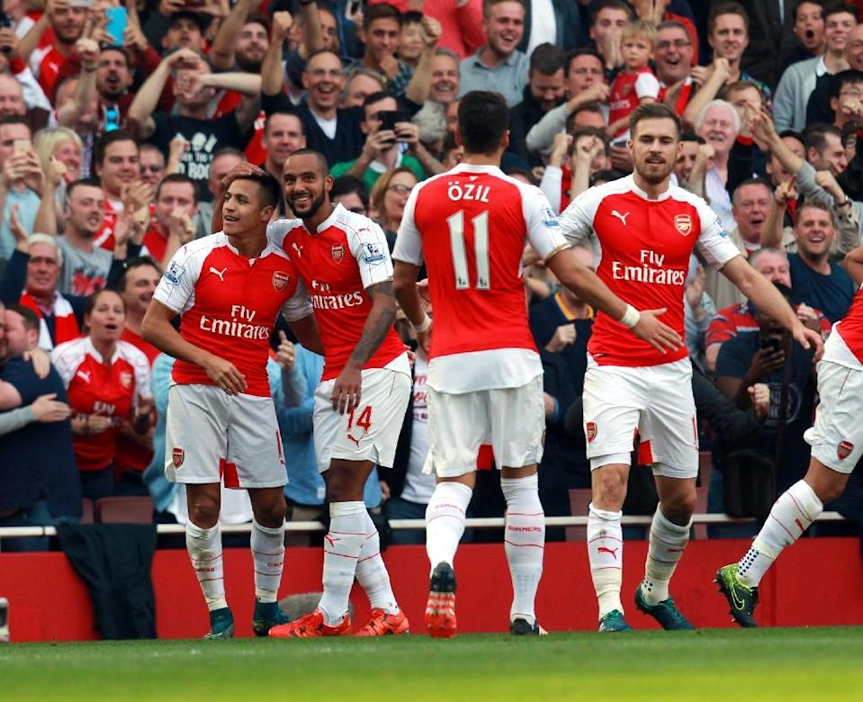 Arsenal's Alexis Sanchez (L) celebrates scoring a goal with teammates during their English Premier League match against Manchester United, at the Emirates Stadium in London, on October 4, 2015 (AFP Photo/-)