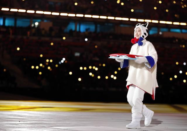 <p>A volunteer participates in the closing ceremony. REUTERS/John Sibley </p>