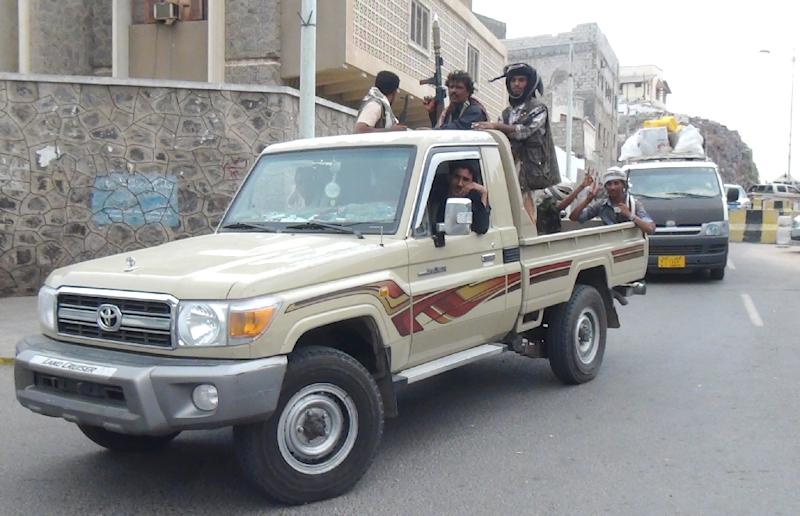 Armed supporters of Yemeni President Abedrabbo Mansour Hadi take to the streets of Aden on February 24, 2015 to protect him after he escaped from house arrest in Sanaa (AFP Photo/)
