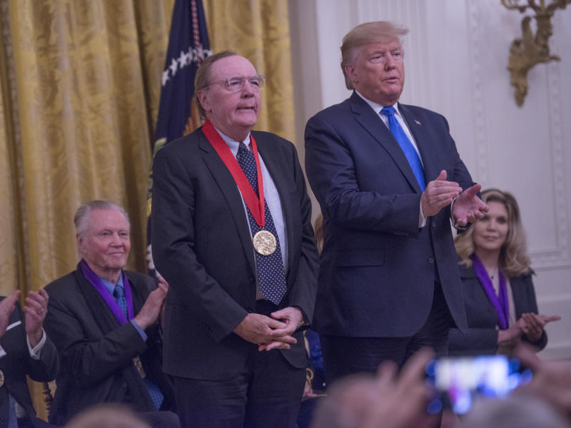 "Vergangenen November verlieh US-Präsident Donald Trump Bestsellerautor James Patterson die ""National Humanities Medal"" (Bild: imago images/MediaPunch)"