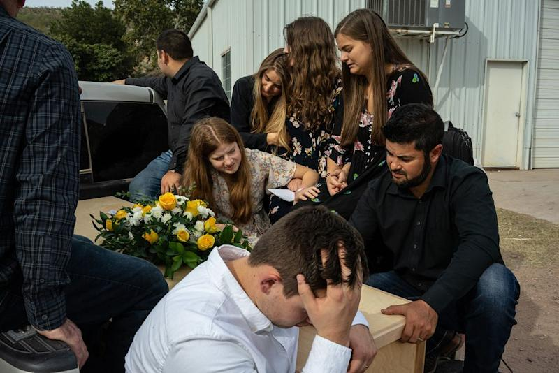 Relatives mourn as a coffin is transported to the graveyard. | César Rodríguez—El País