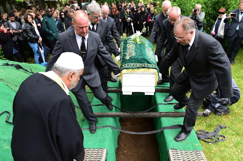 Berlin Imam Abdallah Hajjir (L) directs pallbearers carrying the coffin of an unidentified Syrian refugee who died while making his way to Germany, during a funeral in a Berlin cemetery on June 19, 2015 (AFP Photo/John MacDougall)